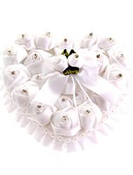 a forma di cuore in pizzo con rosa bianca e fiocco