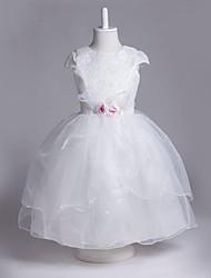 Une ligne de genou longueur robe de fille fleur - organza sans manches cravate avec fleur