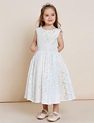 Vestido de uma menina de flor de linha a linha com lã e pérola com decote de cetim com tafetá