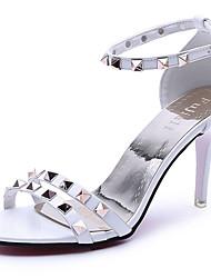 Damen Schuhe PU Frühling Sommer Pumps Komfort Sandalen Stöckelabsatz Offene Spitze Niete Schnalle Für Party & Festivität Kleid Weiß