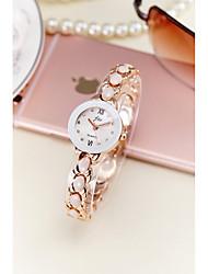abordables -Mujer Reloj Pulsera / Simulado Diamante Reloj Chino Resistente al Agua / La imitación de diamante Aleación Banda Destello / Brazalete / Moda Plata / Dorado
