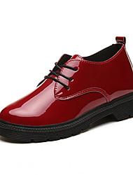 billige -Damer Sko PU Sommer Transparent Shoes Tøfler & Klip Klapper Gang Kile Hæl Rund Tå Bjergkrystal for Afslappet Hvid Sort Rød