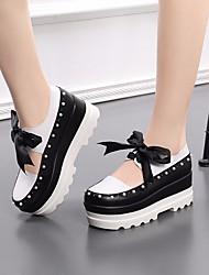 baratos -Mulheres Sapatos Pele Primavera / Outono Conforto Mocassins e Slip-Ons Creepers Branco / Preto
