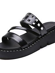 baratos -Mulheres Sapatos Couro Ecológico Verão Conforto Chinelos e flip-flops Sem Salto Ponta Redonda Tachas para Branco Preto
