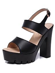 preiswerte -Damen Schuhe Künstliche Mikrofaser Polyurethan Sommer Fersenriemen Sandalen Blockabsatz Peep Toe Schnalle Weiß / Schwarz