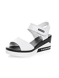 baratos -Mulheres Sapatos Pele Verão Conforto Sandálias Salto Plataforma Peep Toe Preto / Preto e Prateado / Branco / Preto / Slogan