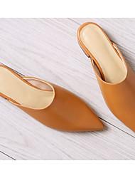 baratos -Mulheres Sapatos Pele Napa Verão Conforto Tamancos e Mules Salto Baixo Preto / Bege / Castanho Claro