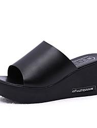 Недорогие -Жен. Полиуретан Лето Удобная обувь Тапочки и Шлепанцы Туфли на танкетке Открытый мыс Белый / Черный