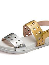 Недорогие -Жен. Комфортная обувь Наппа Leather Весна Сандалии На плоской подошве Золотой / Серебряный