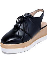 Недорогие -Жен. Комфортная обувь Полиуретан Весна Башмаки и босоножки На плоской подошве Закрытый мыс Белый / Черный / Розовый