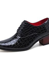 baratos -Homens Sapatos formais Couro Ecológico Primavera Verão / Outono & inverno Clássico / Casual Oxfords Respirável Preto / Castanho Escuro