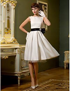 billiga Brudklänningar-A-linje Bateau Neck Knälång Satäng Bröllopsklänningar tillverkade med Rosett / Bälte / band av LAN TING BRIDE®