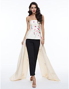 billige Mønstrede og ensfargede kjoler-A-linje Stroppeløs Asymmetrisk Sateng Formell kveld Kjole med Broderi / Plissert av TS Couture®