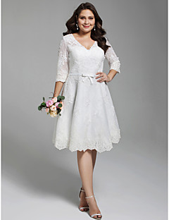 billiga Plusstorlek brudklänningar-A-linje V-hals Knälång Heltäckande spets Bröllopsklänningar tillverkade med Applikationsbroderi / Rosett(er) / Knappar av LAN TING BRIDE®