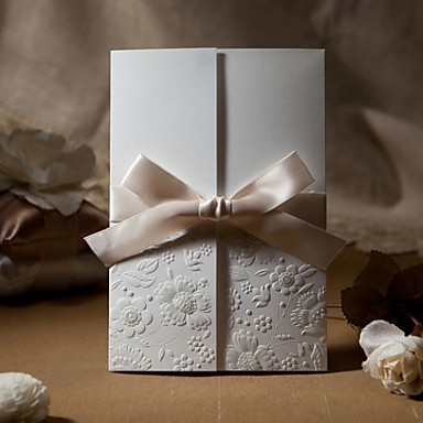 şerit yay ile örnek eski kabartmalı üç katlı düğün davetiyesi (bir takım)